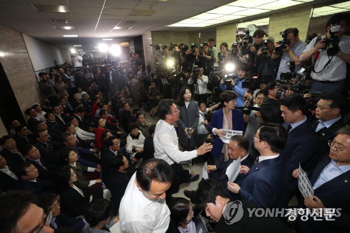 2018년 4월26일 자유한국당 의원들이 국회 본관에서 사법개혁특별위원회 회의가 예정된 회의실 앞을 점거하고 있다. 연합뉴스