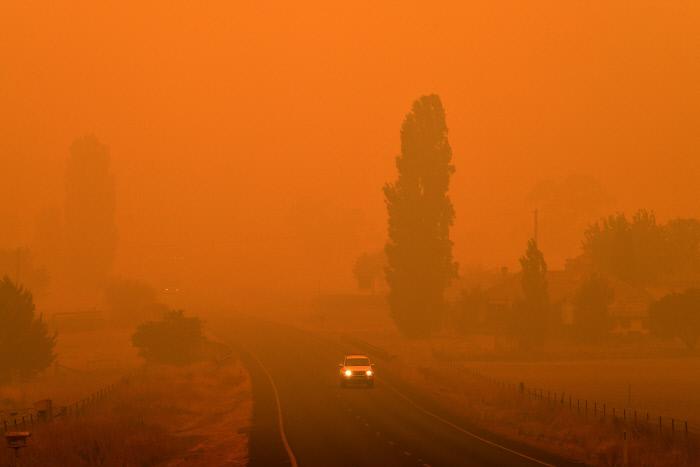 5일 호주 뉴사우스웨일스주 벰보카 지역에서 산불로 인한 연기가 퍼지면서 주변 지역이 붉은 공기에 휩싸였다. 벰보카|AFP연합뉴스