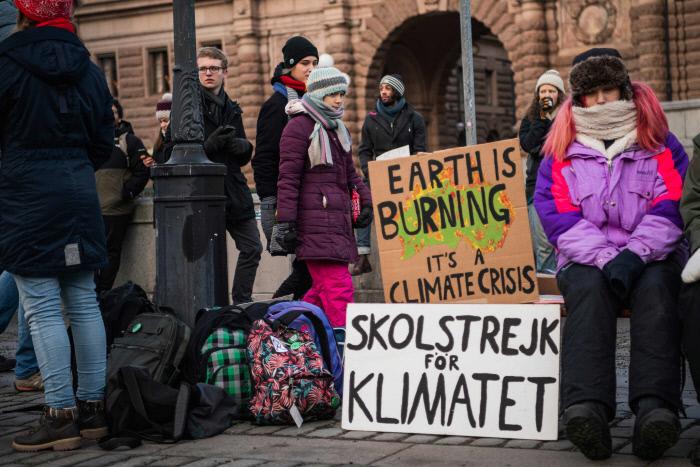 환경운동가 그레타툰베리가  지난 10일 스웨덴 스톡홀름 의회 앞에서 '등교거부' 시위에 참여하고 있다. 스톡홀름|AFP연합뉴스
