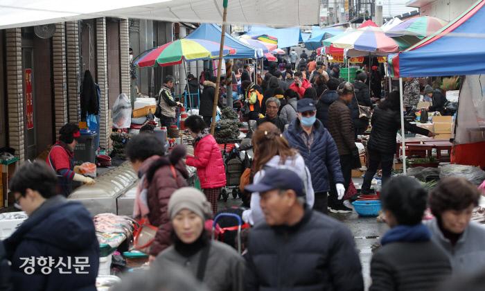 설연휴를 하루 앞둔 23일 전남 구례 5일장이 시민들로 붐비고 있다. / 구례|권도현 기자