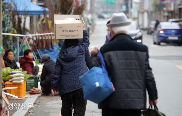 한 어르신이 식재료를 머리에 이고 걸어가고 있다. / 구례|권도현 기자