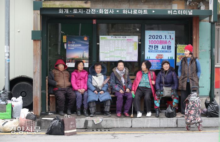구례 5일장에서 장을 본 어르신들이 버스를 기다리고 있다. / 구례|권도현 기자