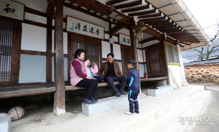 설연휴를 하루 앞둔 23일 오후 전남 구례군 토지면 내죽마을에 사는 박영무씨와 김양남씨가 손주들과 시간을 보내고 있다. / 구례|권도현 기자