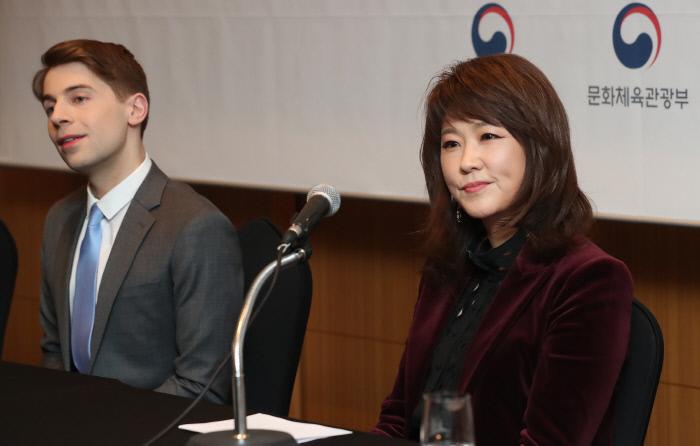 1월 14일 서울 강남구 코엑스인터컨티넨탈호텔에서 열린 '2020 한국이미지상 시상식'에서 수상자인 나윤선 재즈 보컬리스트(오른쪽)와 제프 벤저민 K팝 칼럼니스트가 기자회견을 하고 있다. / 연합뉴스