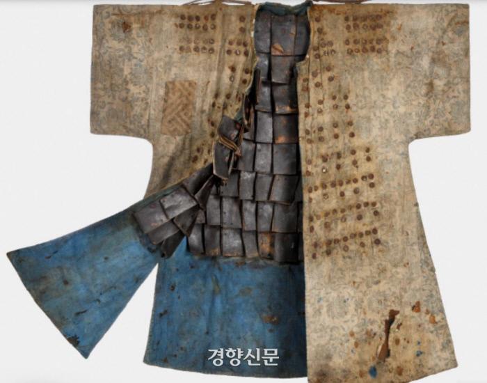 2018년 독일 상트 오틸리엔 선교박물관이 기증한 조선시대 보병용 '면피갑'. 면직물로 만든 갑옷인 '면피갑'은 18세기 쯤 제작된 것으로 보인다. 현재 국내외에 10여벌 밖에 남아 있지 않아 유물로서의 가치가 높다. |국외소재문화재재단 제공