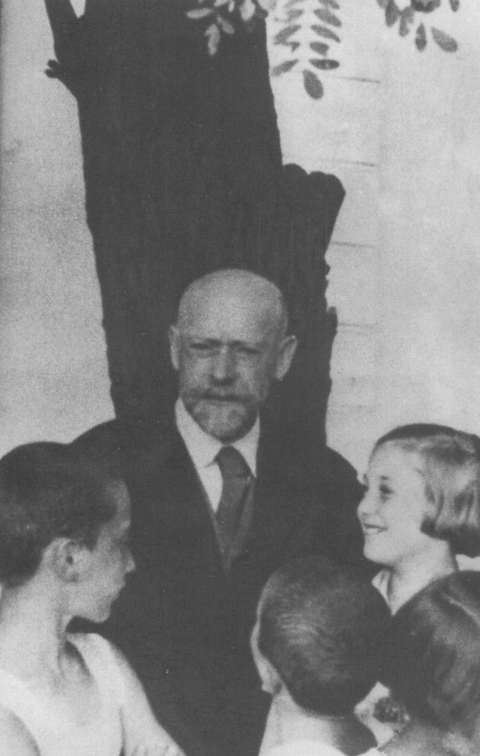야누시 코르차크는 진보적 고아원을 도입했고 어린이 신문을 창간했으며 아이들의 인권을 지키려 애썼다. 1930년대 초반 '고아들의 집' 안뜰에서 아이들과 함께 있는 코르차크의 모습.  양철북 제공