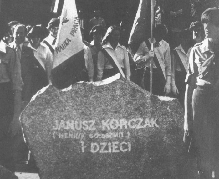 1978년 폴란드 트레블링카 수용소 터에 조성된 추모공원에서 열린 '야누시 코르차크와 아이들'의 추모석 제막식.  양철북 제공
