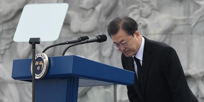 문재인 대통령이 27일 국립대전현충원에서 서해수호의 날 기념사를 마친 후 인사하고 있다.  연합뉴스