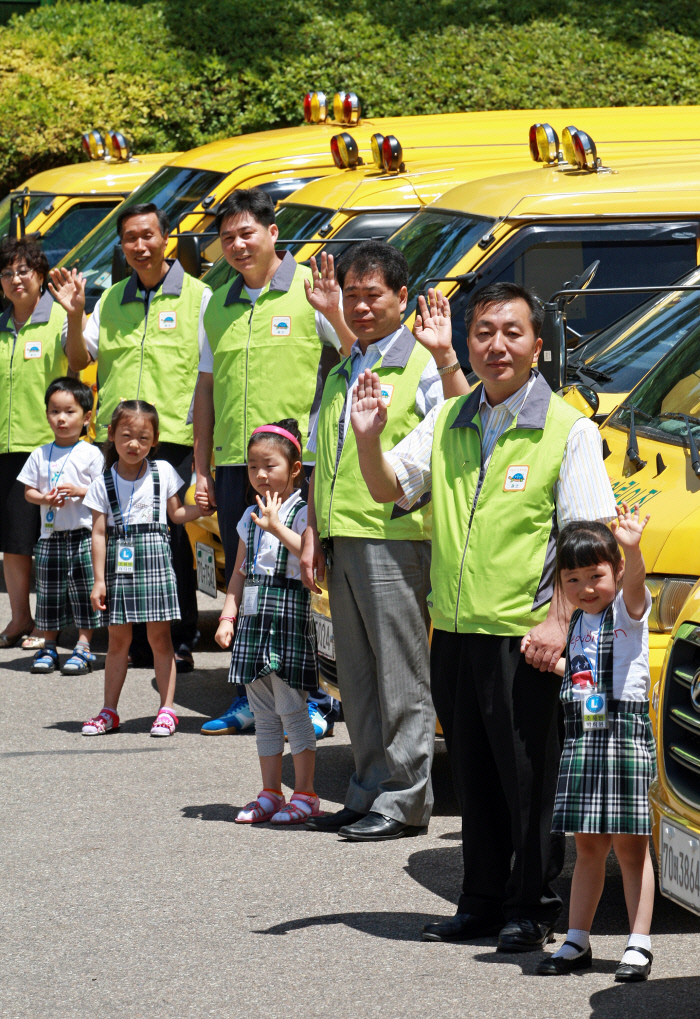서울 송파구 마천동 한국어린이안전교육관에서 2009년 6월 어린이 보호차량 인증식이 열리고 있다. 송파구는 법규 미비 등으로 안전사각지대에 있던 어린이 통학차량을 제도권으로 유도한 국내 최초의 자치법을 2008년 11월에 제정했다. 송파구 제공