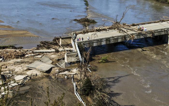 미국 미시간주에 쏟아진 폭우로 무너진 이든빌댐에 20일(현지시간) 홍수로 떠내려온 나무들이 어지럽게 걸려 있다. 인근 주민 1만여명은 긴급 대피했다. 미시간 | 연합뉴스