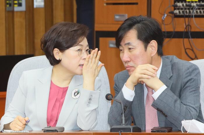 미래통합당 하태경 의원(오른쪽)과 김정재 의원이 지난 6일 국회에서 열린 원내대책회의에서 논의하고 있다. 연합뉴스