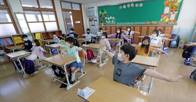 코로나19 확진자가 어제 하루에만 40명 증가했다. 그 중 36명이 서울 등 수도권에서 발생했다. 초등학교 1~2학년과 유치원생 등교 수업이 시작된 27일 한 초등학교에서 학생들이 주의 사항을 듣고 있는 모습. 연합뉴스