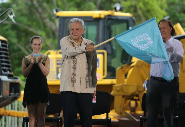 안드레스 마누엘 로페스 오브라도르 멕시코 대통령이 지난 1일 킨타나오루주 칸쿤 인근 라사로 카르데나스에서 열린 '마야 열차' 건설 공사 기공식에 참석해 깃발을 흔들고 있다. 라사로 카르데나스|EPA연합뉴스