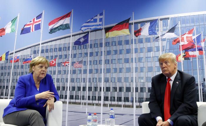 도널드 트럼프 미국 대통령(오른쪽)과 앙겔라 메르켈 독일 총리가 2018년 7월 11일(현지시간) 벨기에 브뤼셀에서 열린 북대서양조약기구( 나토) 정상회의를 계기로 양자회담을 하고 있다.   브뤼셀|AP연합뉴스