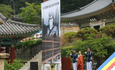 해마다 해인사에서 열리는 김영환 장군 추모재. 해인사와 고려대장경을 구한 영웅으로 알려져있다.|해인사 사진자료