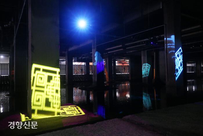 '흐르는 빛, 빛의 서사'가 콘크리트 기둥에 비치고 있다. 이 작품은 홍제천의 깊은 역사와 북한의 남침 대비 탱크 전초기지 목적으로 만들어진 유진상가의 근현대적 의미를 재해석한 빛 그림자들이 움직이는 만화경처럼 기둥과 물길에 투사 되는 설치미술 작품이다.