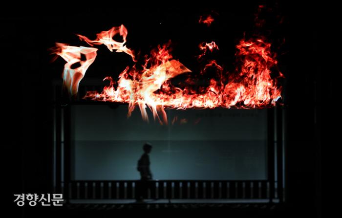 홍제유연의 작품 중 하나인 '미장센 홍제연가' 홀로그램이 상영되고 있다.