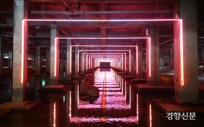 콘크리트 기둥에 설치된 미디어 라이트 작품 '온기'.