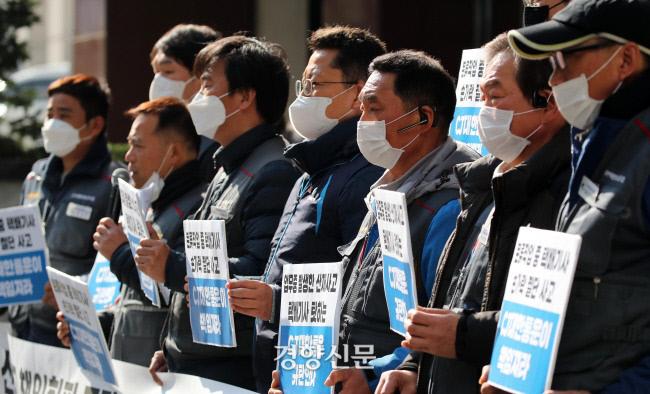 전국택배연대노동조합원들이 택배노동자 안전대책 마련 촉구 기자회견을 하고 있다. 김창길 기자