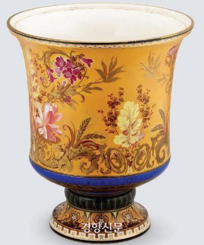 1888년 사디 카르노 프랑스 대통령이 조선·프랑스 수교 2주년을 맞아 고종에게 선물한 살라미나 백자꽃병.  |국립고궁박물관 제공