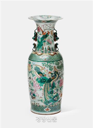 '백자 공작새 꽃무늬 화병'. 중국 징더전(景德鎭)의 민간 가마에서 페라나칸, 즉 싱가포르, 말레이 반도 등에 살던 중국 상인의 후손을 위해 제작한 것이다.|국립고궁박물관 제공