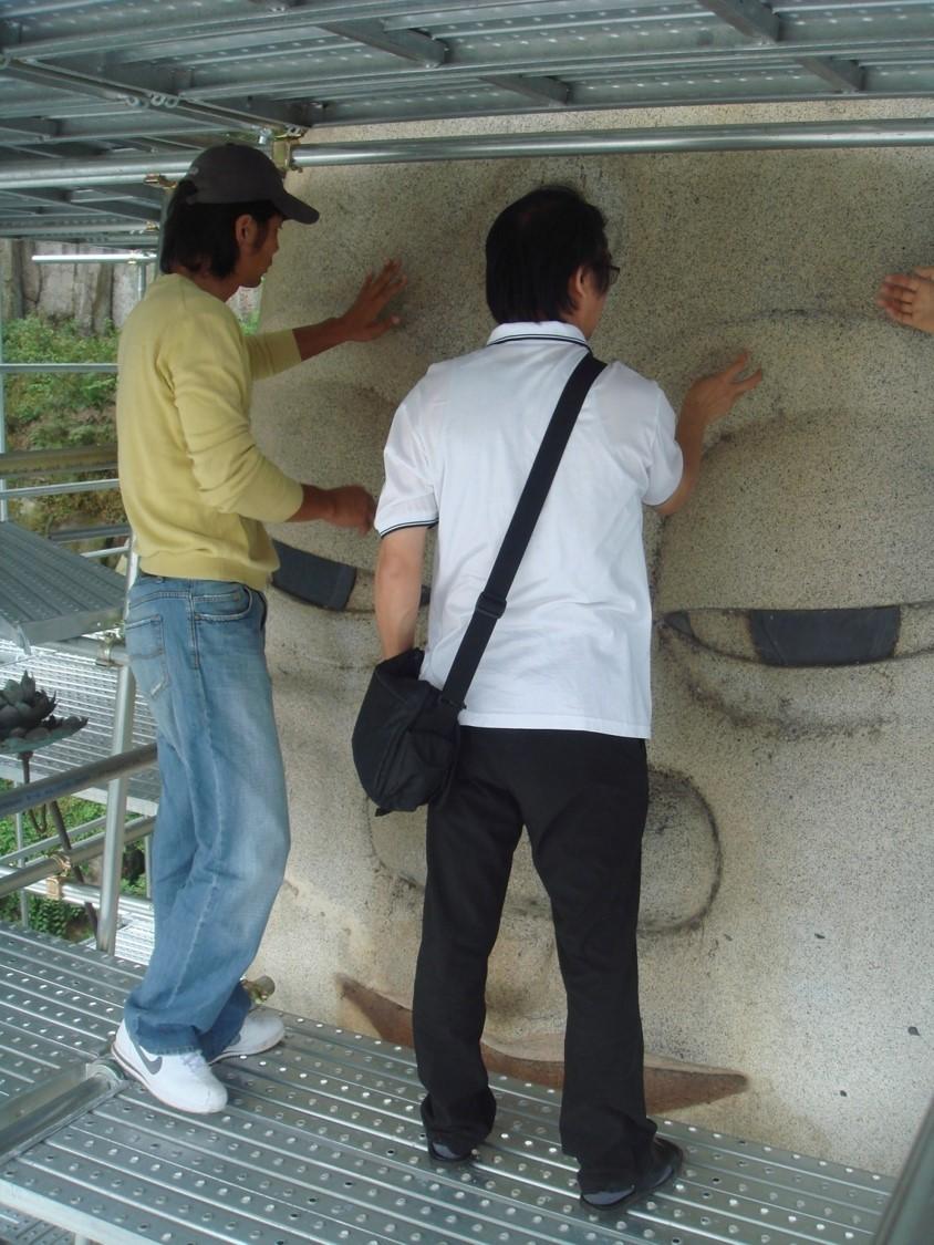 2007년 은진미륵의 상황을 점검하는 연구자들. 대략 아파트 6층 높이의  아찔한 곳에서 불상의 눈부위를 조사하고 있다.|최선주 실장 제공