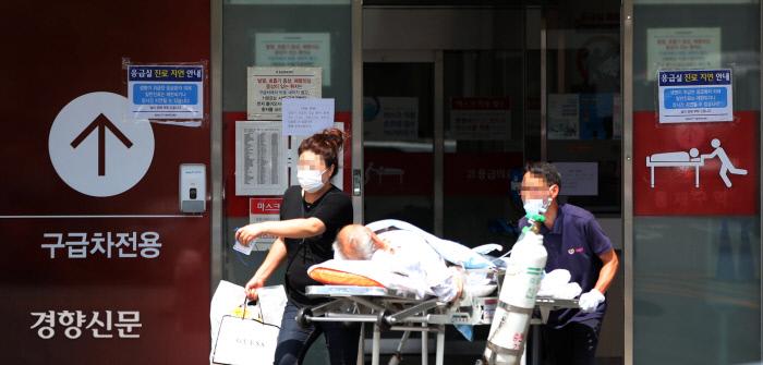 대한의사협회 2차 총파업을 하루 앞뒀던 지난달 25일 서울 종로구 서울대병원 본관 응급실 입구에 '일반 진료는 제한되거나 장기간 지연될 수 있다'는 안내문이 붙어 있다. 김창길 기자 cut@kyunghyang.com