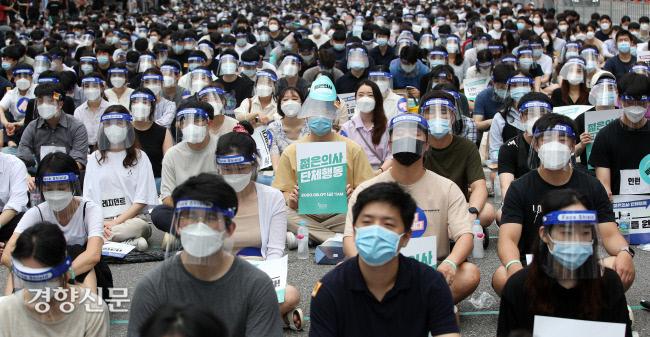 지난달 7일 오후 서울 여의도공원 입구에서 대한전공의협의회에 속한 전공의들과 의대 학생들이 의대 정원 확대 등 정부의 4대 의료정책에 반대하며 단체행동을 하고 있다. 사진·권도현 기자