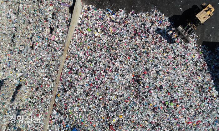 <나는 풍요로웠고, 지구는 달라졌다>에선 오늘날 우리가 누리는 풍요 이면의 불평등과 자원 고갈, 넘쳐나는 쓰레기, 인류가 직면한 가장 큰 문제인 기후변화의 면면을 들여다보게 된다. 코로나19 이후 배출량이 늘어난 플라스틱 쓰레기들이 수원시자원순환센터 야외 선별 적치장에 쌓여 있다. 경향신문 자료사진