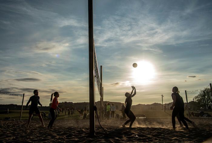 코로나19가 유럽을 휩쓸고 있는 지난 4월, 스웨덴 스톡홀름의 가르뎃 공원에서 시민들이 비치발리볼을 즐기고 있다. 로이터연합뉴스