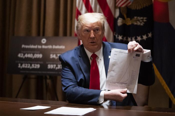 도널드 트럼프 미국 대통령이 코로나19 관련 서류를 들고 있다. AP연합뉴스