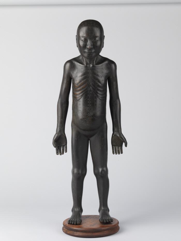 경혈을 만든 창동인체상.  조선왕실이 정확한 침과 뜸을 익히기 위해 만든 청동상이다. |국립고궁박물관 제공