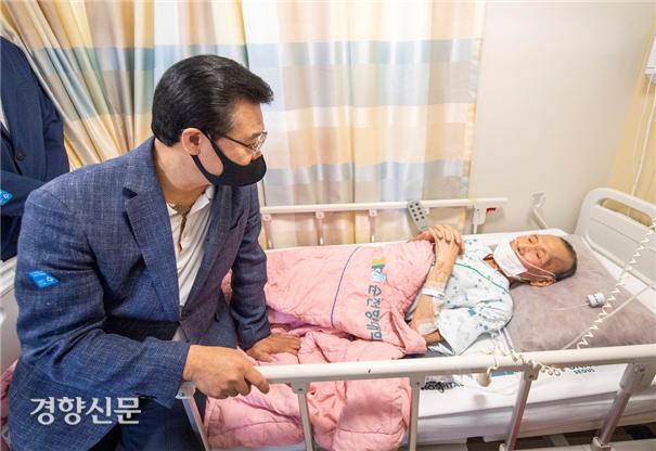 성장현 용산구청장이 23일 순천향대 부속 서울병원을 찾아 입원 중인 이남선 어르신과 이야기를 나누고 있다. 용산구 제공