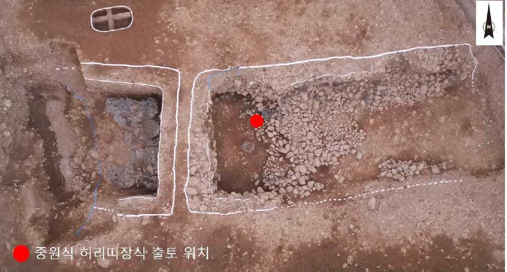 중국식 금동제 허리띠가 출토된 쪽샘 L17호 덧널무덤. 서쪽 부장공간에서 크게 2개의 편이 나왔다. |국립경주문화재연구소 제공