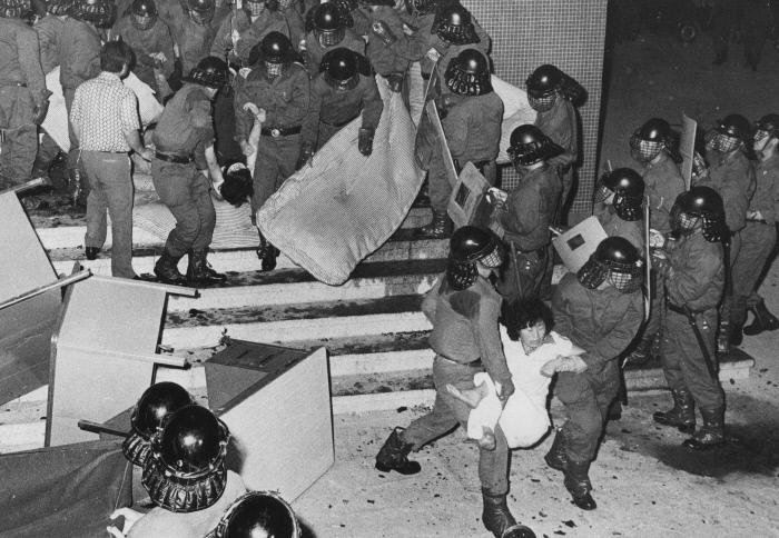 1979년 8월11일 새벽 YH무역 여성 노동자들이 신민당사에서 강제 연행되고 있다. 경향신문 자료사진