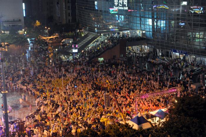 2011년 7월9일 정리해고 철회 등 한진중공업 문제 해결을 바라는 2차 희망버스 참가자 1만여명이 부산역 광장에 모여 문화제를 열고 있다.  경향신문 자료사진