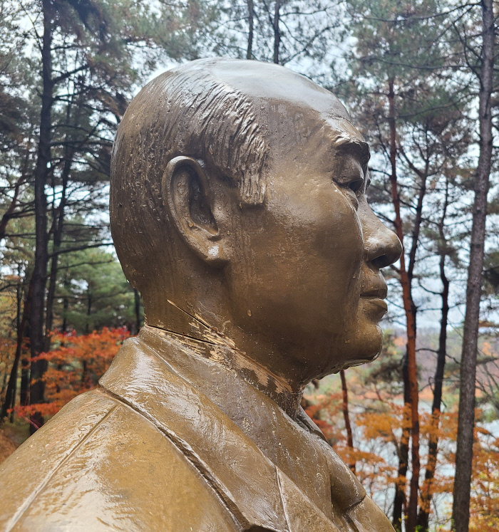 19일 오전 A씨에 의해 훼손된 전직 대통령 전두환씨의 동상. 청남대 관리사무소 제공.