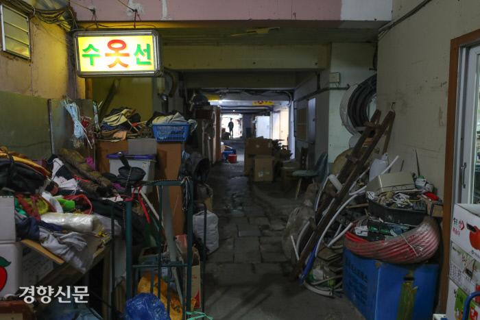 캄캄한 복도 중간중간에 영업을 하는 상점들이 있기는 하지만 상점에서 내다놓은 물건들이 복도에 가득차 있습니다./이상훈 선임기자