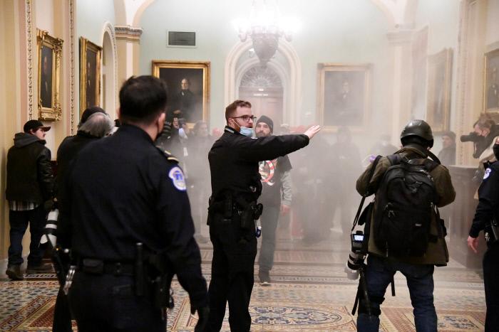 미국 워싱턴 연방의회 건물에 난입한 트럼프 대통령 지지자들이 6일(현지시간) 경찰의 진압 시도에 맞서 소화기를 쏘며 저항하고 있다.  워싱턴|로이터연합뉴스