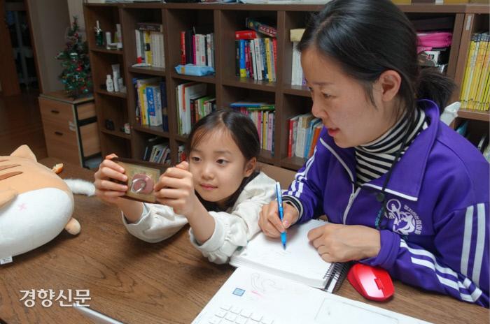강미정씨와 아이가 영상 콘텐츠를 보고 있다. 노도현 기자
