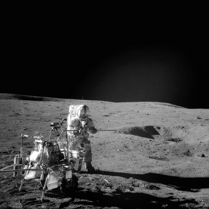 آلن شپرد ، کاپیتان آپولو 14 ، در کنار یک نوار نقاله مدولار برای تجهیزات مونتاژ یک لوله دو هسته ای ایستاده است.  تهیه شده توسط ناسا