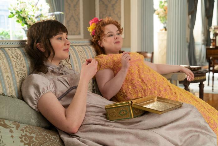 다프네의 대척점에 있는 둘째 딸 엘로이즈(왼쪽)는 결혼과 출산으로 제한된 여성의 역할을 비판하며 자신만의 길을 찾길 원한다. 넷플릭스 제공