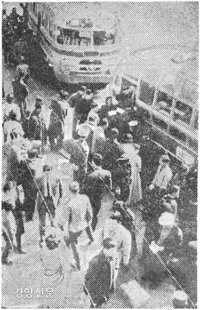 ایستگاه اتوبوس شهری در سئول در سال 1962. عکس روزنامه Kyunghyang.