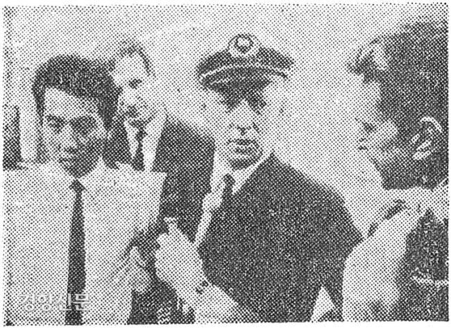 کیم جونگ نام (چپ) ، که درست قبل از غرق شدن در پشت لاک پشت غول پیکر زنده ماند ، به خبرنگاران در مورد تجربه زندگی معجزه آسای خود به عنوان کاپیتان کشتی باری Cyton ، که او را نجات داد ، تماشا کرد.  عکس مطالب روزنامه کیونگ یانگ.