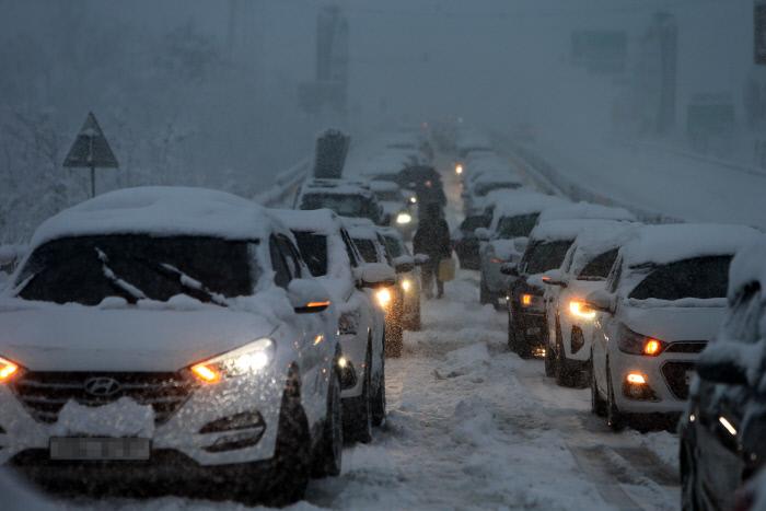 هنگامی که برف سنگین در کوه ها و ساحل شرقی Gangwon-do yunhap سقوط کرد ، وسایل نقلیه نمی توانستند در گذرگاه Misiryeong شرق به غرب حرکت کنند.