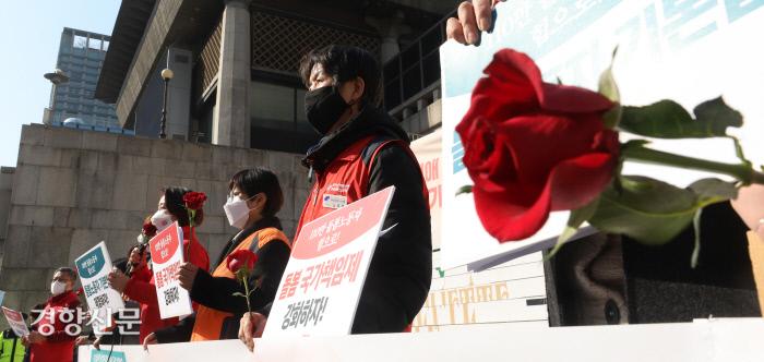 8일 오전 서울 종로구 세종문화회관 계단에서 열린 '3.8 세계여성의 날 113주년 맞이 돌봄노동자 기자회견'에 참석한 여성 돌봄 노동자들이 장미꽃을 들고 있다. / 권도현 기자