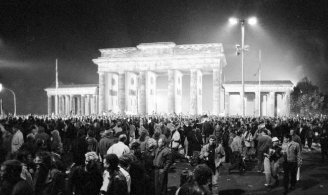 آلمانی های آلمان شرقی و غربی در تاریخ 3 اکتبر 1990 در مقابل دروازه براندنبورگ در برلین تجمع کردند تا اتحاد آلمان را جشن بگیرند.  اخبار رویترز یونهاپ