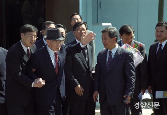در 28 ژوئن 2000 ، رئیس گروه هیوندای ، چانگ جو-یلاد ، از طریق پانمونجئوم دوباره به کره شمالی سفر کرد.  عکس روزنامه کیونگ یانگ