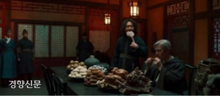 지난 22일 방영된 SBS <조선구마사> 1화에 등장한 조선시대 기생집의 모습. 내부 인테리어 뿐 아니라 음식상에 올라온 메뉴들이 중국식 월병, 피단(오리요리) 등이다. /SBS 방송화면