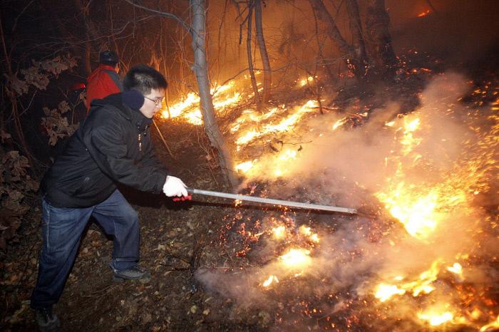 12. صحنه ای که در آن مقامات دولتی و آتش نشانان آتش سوزی جنگل را در یئومپوسان ، دونگ گو ، اولسان در 12 دسامبر 2010 خاموش کردند. تهیه شده توسط دونگ گو ، اولسان